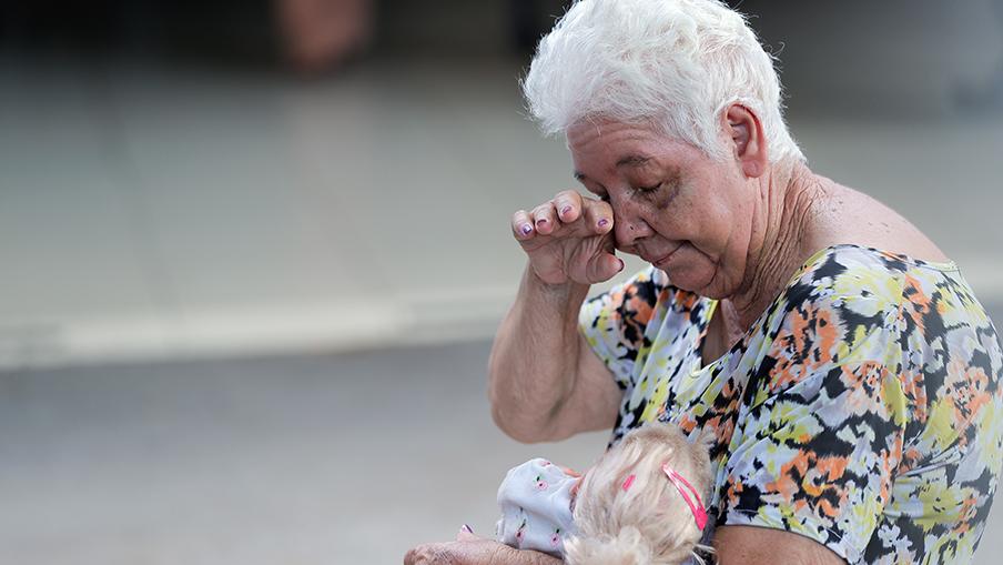 Dia das mães, idosos recebem doação, carinho e atenção.